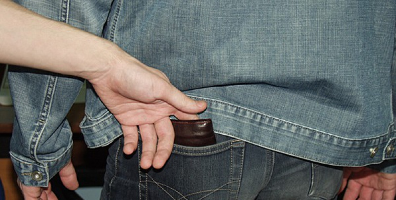 Петербургские полицейские задержали карманника в маршрутке