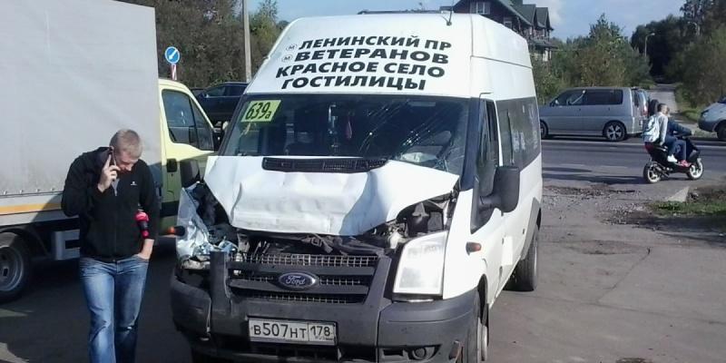 В столкновении маршрутки и фуры на КАД пострадали пять человек