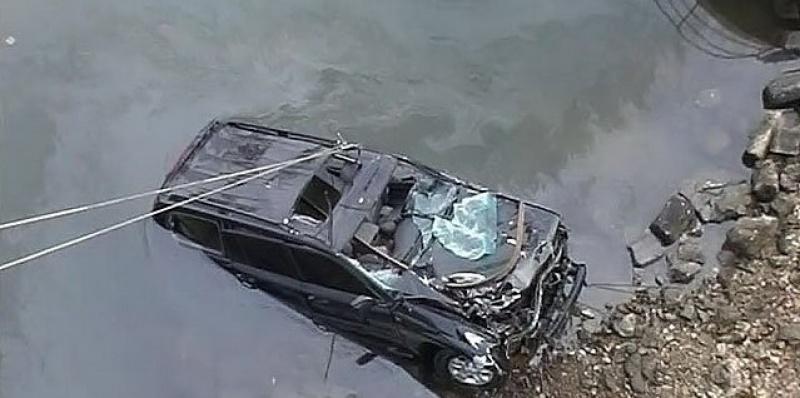 В Ленобласти полицейские спасли водителя машины, упавшей в реку Волхов
