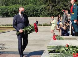 На Пискаревском кладбище прошла траурная церемония в День памяти и скорби