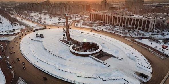Смольный пообещал отреставрировать монумент на площади Победы