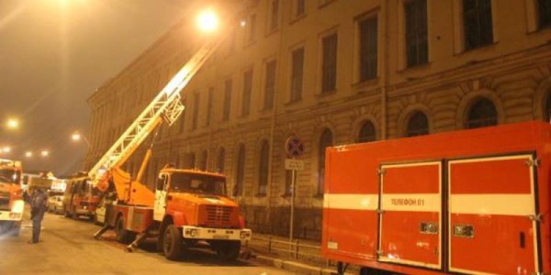 В Купчино спасатели эвакуировали 20 человек из горящей квартиры