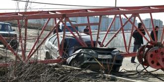 В Колтушах башенный кран рухнул на автомобиль