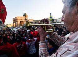 Трубач дядя Миша сыграл для болельщиков на Невском проспекте гимн Марокко