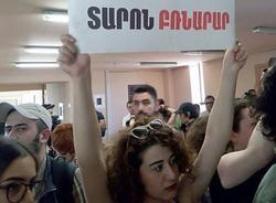 В мэрию Еревана ворвались активисты, требующие отставки градоначальника