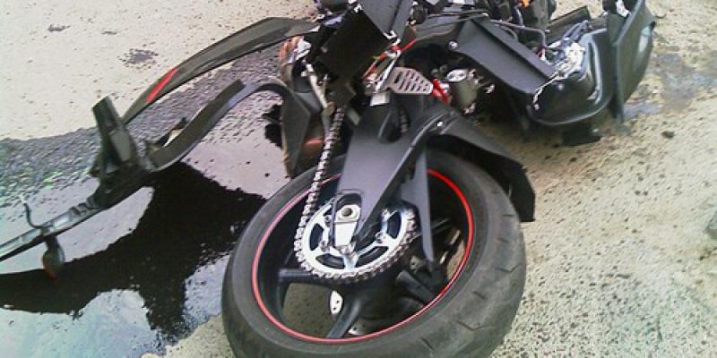 На Пироговской набережной иномарка сбила мотоциклиста