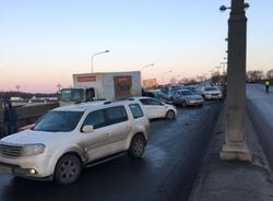 Картина дня: ДТП с 21 автомобилем на Ушаковской развязке и ремонт станций метро Петербурга