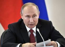 Песков: Президент простудился, но продолжает работать