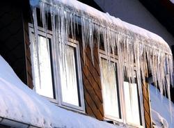 СК начал проверку по факту падения льда на ребенка