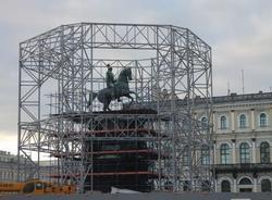 Вокруг памятника Николаю I на Исаакиевской площади разместили силовые леса