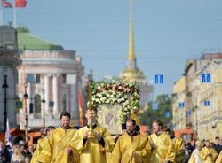 Картина дня: крестный ход на Невском и электронные визы