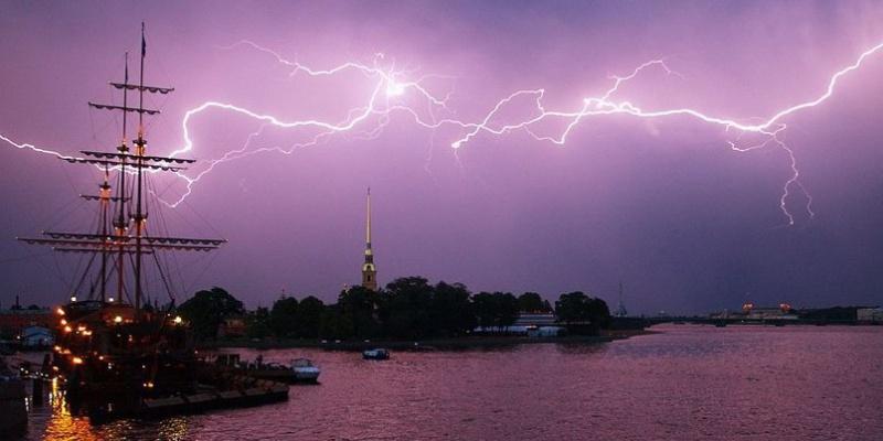 Во вторник на Петербург обрушатся грозы, ливни и сильный ветер