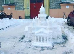 Пенсионер из Петербурга слепил из снега метровую копию Исаакиевского собора