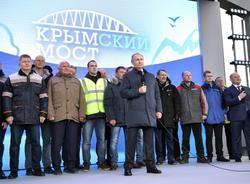 Картина дня: запуск движения поездов по Крымскому мосту и падение бетоновоза в Неву